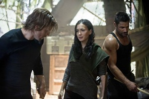 """Arrow -- """"City of Heroes"""" -- Image AR201b_0395b -- Pictured (L-R): Stephen Amell as Oliver Queen, Celina Jade as Shado, and Manu Bennett as Slade Wilson -- Photo: Cate Cameron/The CW -- © 2013 The CW Network. All Rights Reserved."""