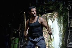 """Arrow -- """"City of Heroes"""" -- Image AR201b_0143b -- Pictured: Manu Bennett as Slade Wilson -- Photo: Cate Cameron/The CW -- © 2013 The CW Network. All Rights Reserved."""